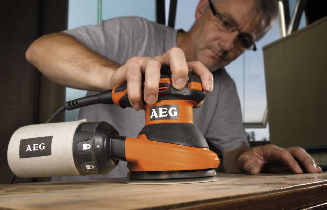 מלטשת קומפקטית לעבודה עם יד אחת - AEG EX 125 ES