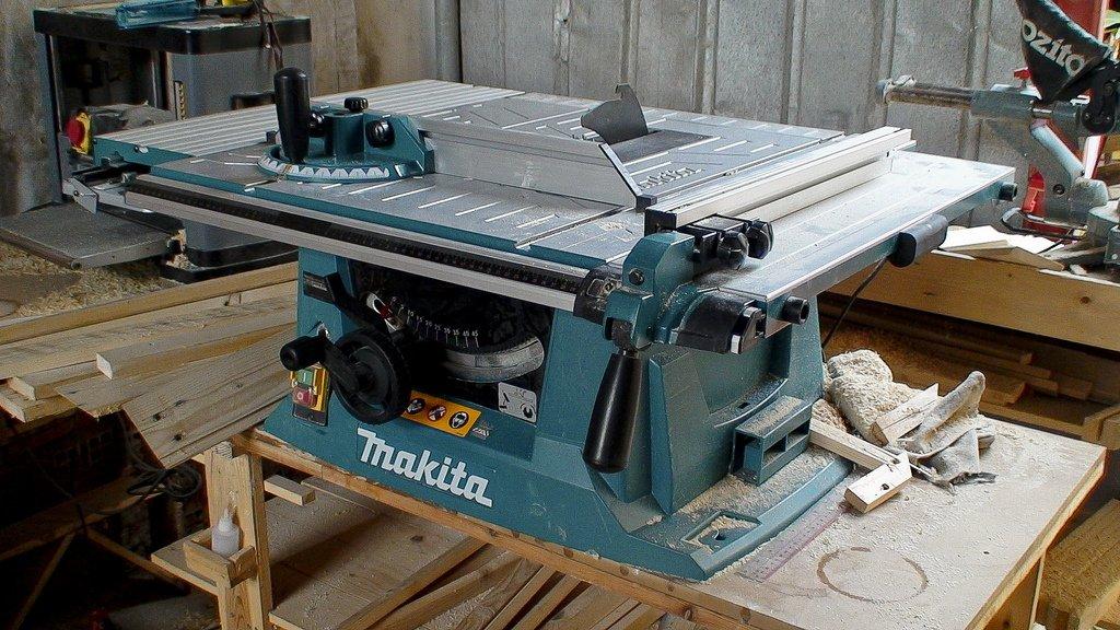 חיתוך עץ במסור Makita MLT100
