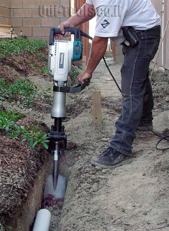 חפירה באדמה עם פטיש חציבה