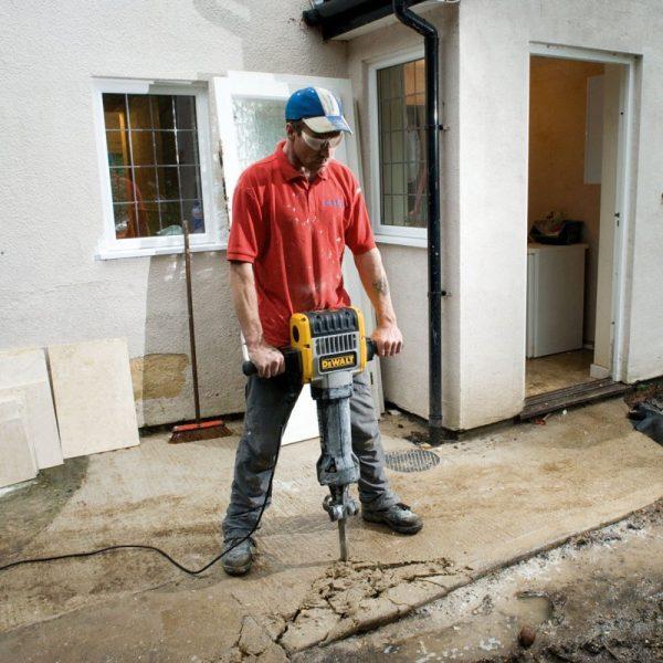פטיש חציבה דה וולט ידיות מתכת מצופה גומי לעבודה נוחה וולשליטה מירבית בכלי DEWALT D25980