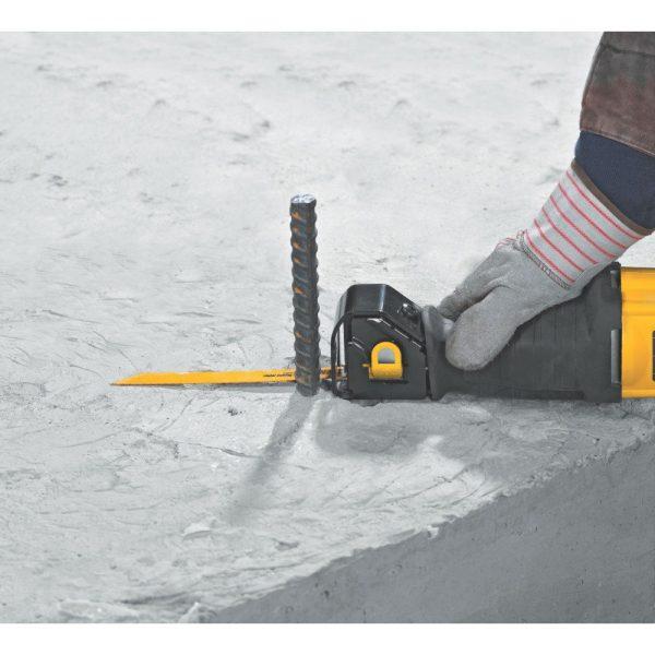 משור חרב נטען עיצוב קומקטי המאפשר עבודה נוחה גם במקומות עם גישה בעייתית. DEWALT DCS380M2